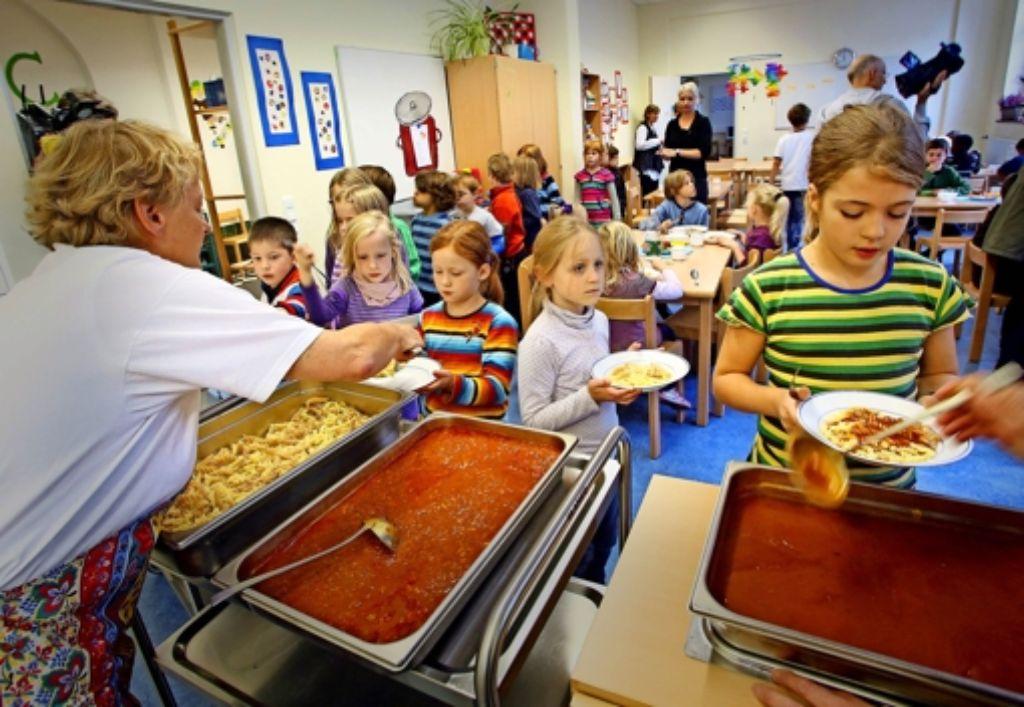 Das Mittagessen an der Ganztagsschule gehört zu den Aufgaben der Gemeinden. Wenn es nach der GEW ginge, müssten sie auch für freiwillige Angebote aufkommen. Foto: dpa
