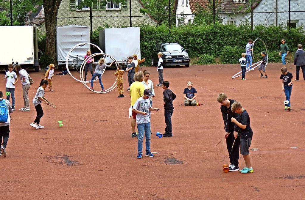Die Körschtalschüler üben sich in Fußball-Jonglage und Reifenkunst. Foto: Julia Bosch