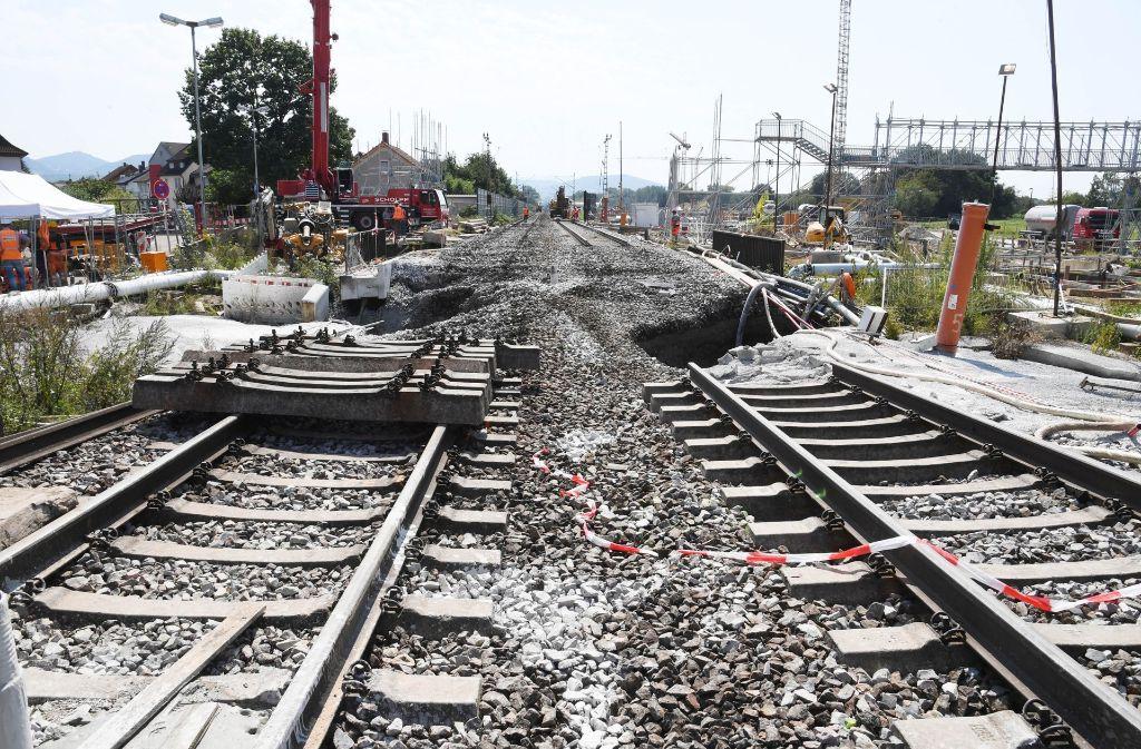 Seit der Tunnel unter den Gleisen eingebrochen ist, geht auf der Rheintalbahn nichts mehr. Und das hat internationale Auswirkungen. Foto: dpa