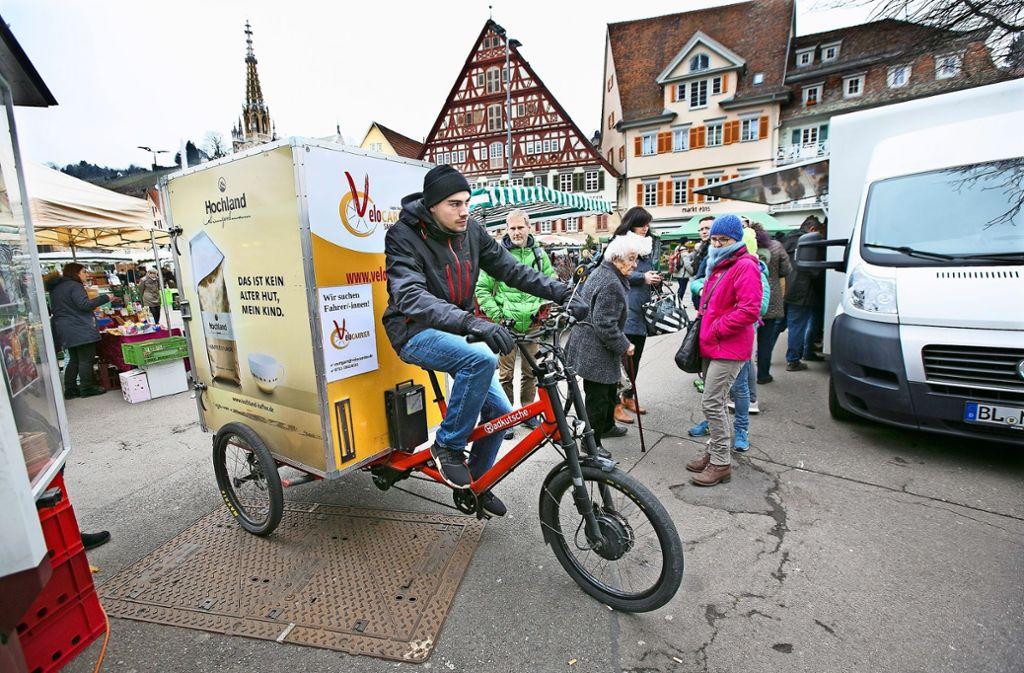 Der Lastenradler legt jeden Samstag bis zu 60 Kilometer im Stadtgebiet zurück. Foto: Horst Rudel