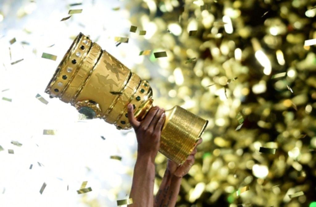 Um diesen Pokal geht es in dieser Saison noch für 32 Mannschaften. Auch der VfB Stuttgart und der SSV Reutlingen sind noch im DFB-Pokal vertreten. Foto: dpa