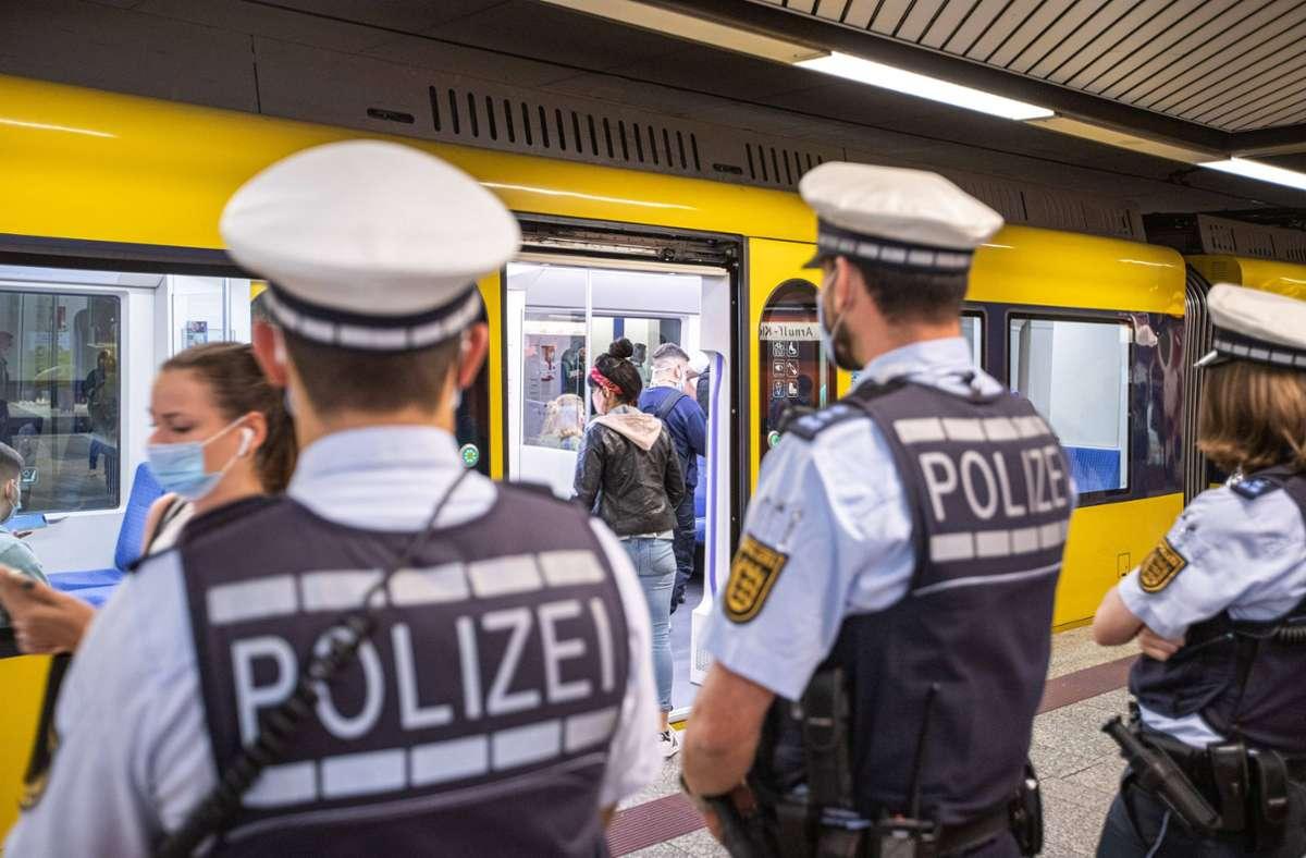 Die Stuttgarter Polizei hat zum zweiten Mal die Maskenpflicht in Bus und Bahn bei einer Sonderaktion kontrolliert. Foto: 7aktuell.de/Simon Adomat