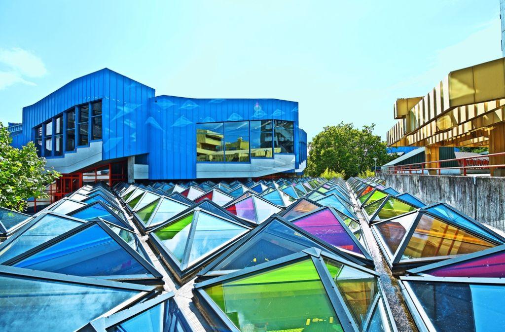 Das Glasdach von Otto Piene aus 227 farbigen Pyramiden schmückt den Eingangsbereich der Uni. Foto: Jürgen Graf