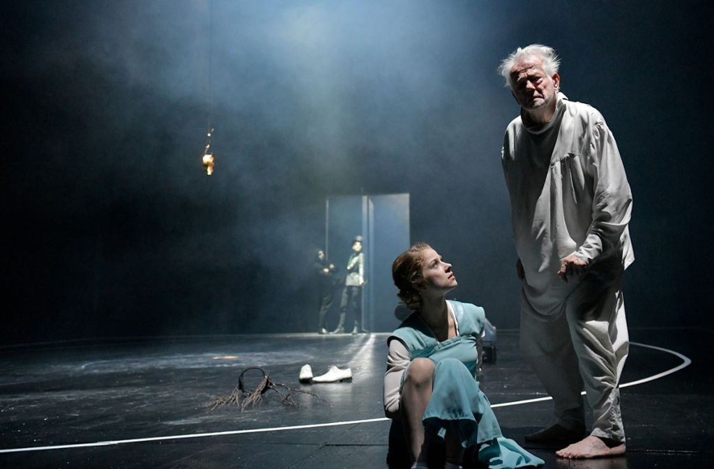 Lea Ruckpaul als Cordelia mit Martin Schwab als Lear Foto: Thomas Aurin