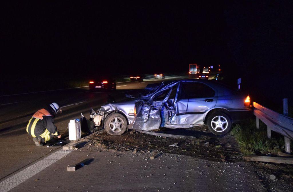 Der 19-jährige Fahrer wird bei dem Unfall auf der A8 verletzt. Foto: 7aktuell.de/Nico Schmid