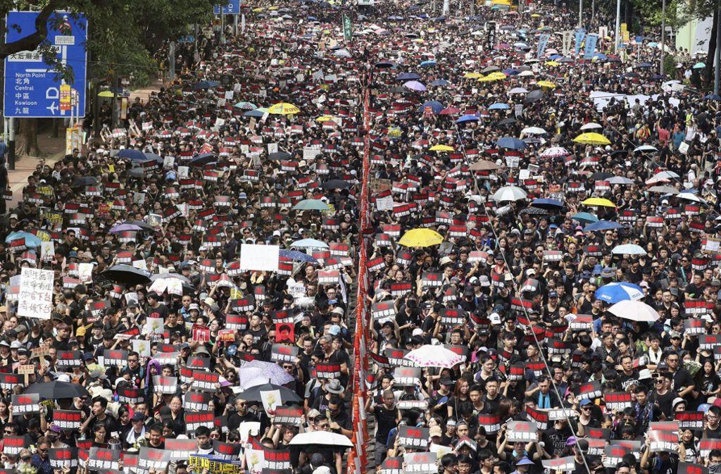 Hundertausende sind am Sonntag in Hongkong wieder auf die Straße gegangen. Foto: dpa