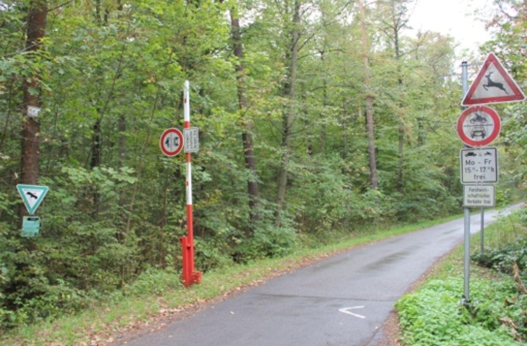 Nach dem Willen des Weilimdorfer Bezirksbeirats, soll die Schranke des Vicinalwegs durch das Naturschutzgebiet dauerhaft geschlossen bleiben. Foto: Martin Braun