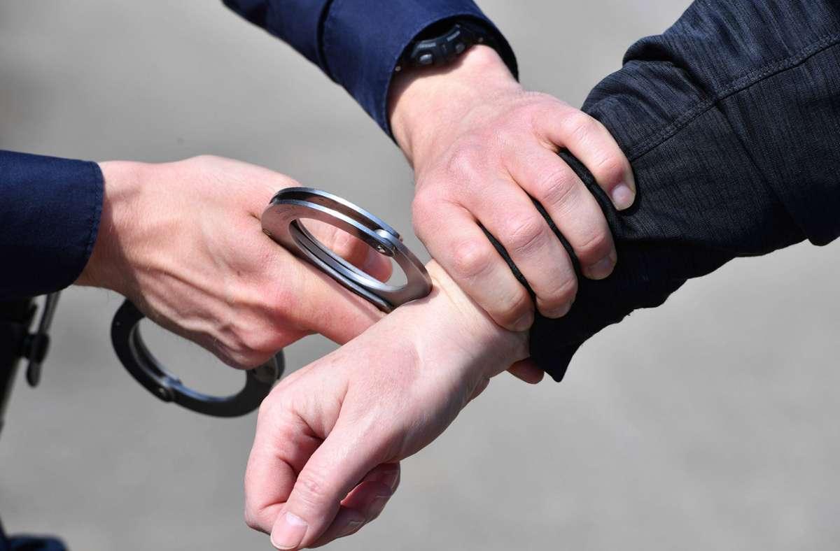 Zivile Bundespolizisten haben zwei mutmaßliche Erpresser in Esllingen festgenommen (Symbolfoto). Foto: imago images/Sven Simon/Frank Hoermann