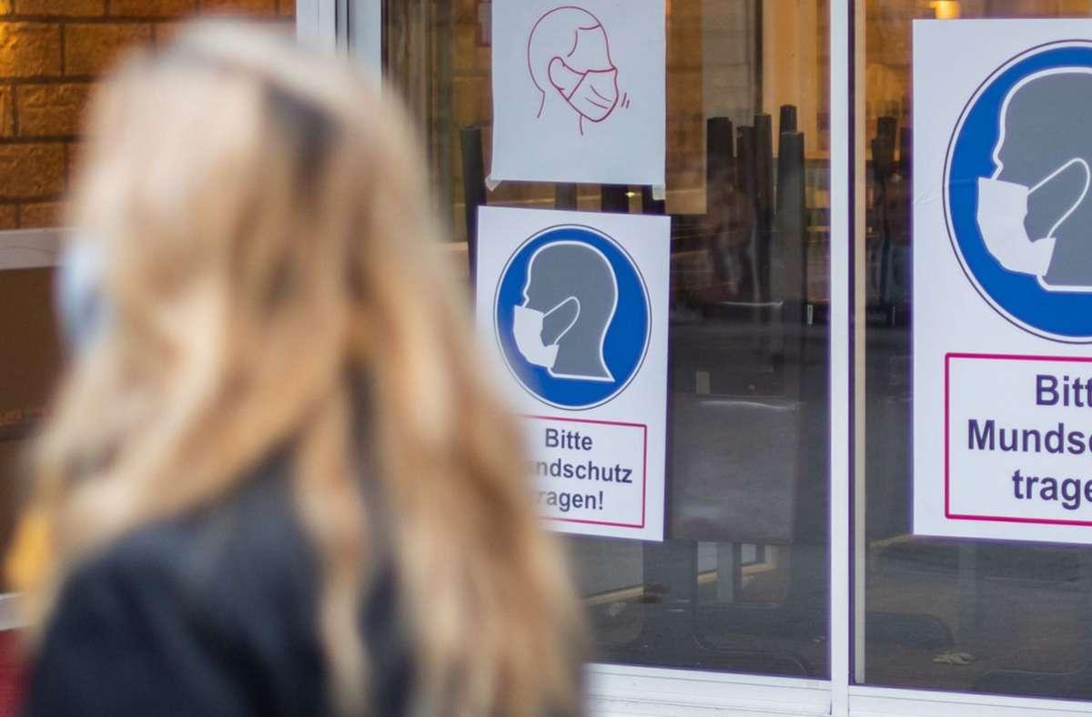 Der Landkreis hat am Freitag strengere Maßnahmen wie eine erweitere Maskenpflicht und ein Veranstaltungsverbot erlassen (Symbolbild). Foto: dpa/Julian Stratenschulte