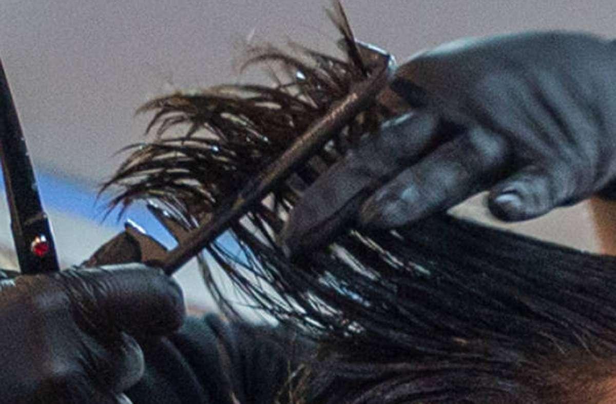 Einer der Männer saß in der Wohnung in Ulm auf einem Friseurstuhl, während ein 27-Jähriger ihm die Haare schnitt (Symbolfoto). Foto: 7aktuell.de/Daniel Jüptner