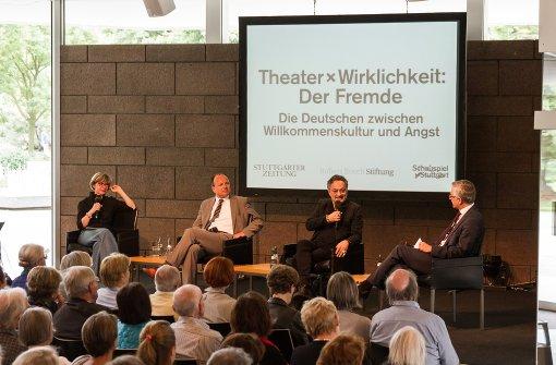 Gern gesehener Gast in Stuttgart: Feridun Zaimoglu (2. v. re.) bei einer politischen Diskussion im Schauspielhaus Stuttgart Foto: Lichtgut/Julian Rettig