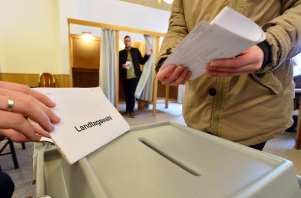 Falten und einwerfen. Einen Personalausweis braucht es zum Wählen nicht zwingend. Foto: dpa-Zentralbild