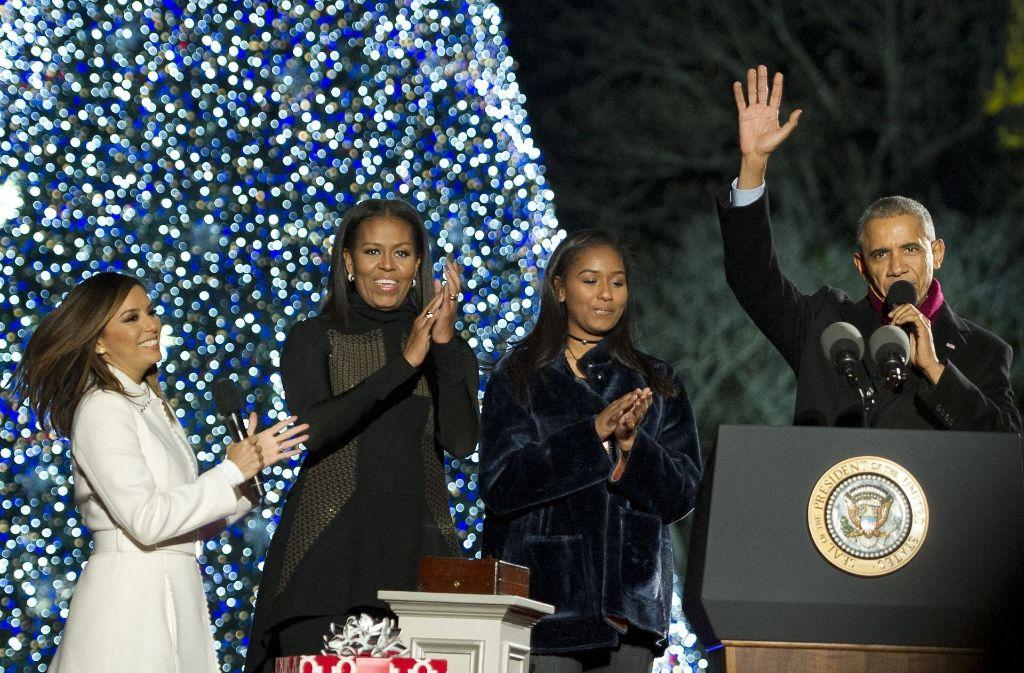 Barack Obama beim jährlichen Weihnachtsbaum-Ritual in Washington mit seiner Frau Michelle Obama, Tochter Sasha und Schauspielerin Eva Longoria. Foto: dpa