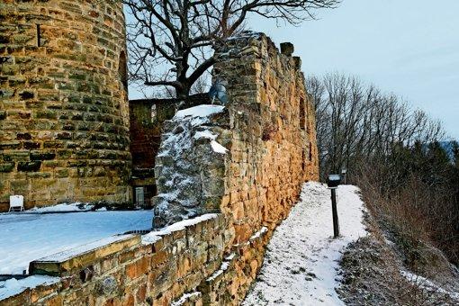 Die Mauern der Burg sind schadhaft und müssen saniert werden. Gleichzeitig entstehen auf Staufeneck ein Swimmingpool und ein Fitnessstudio. Foto: Horst Rudel