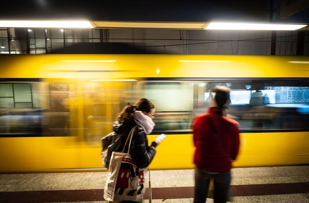 Eine Frau in der Bahn stürzt bei dem Unfall und verletzt sich mutmaßlich. (Symbolbild). Foto: Lichtgut/Achim Zweygarth