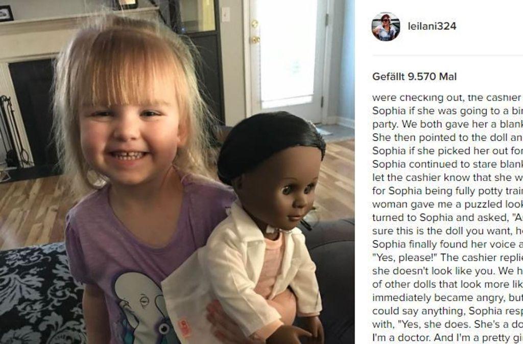 Der kleinen Sophia ist die Hautfarbe ihrer Puppe egal. Sehr zur Verwunderung der Kassiererin. Foto: Screenshot Instagram/@leilani324