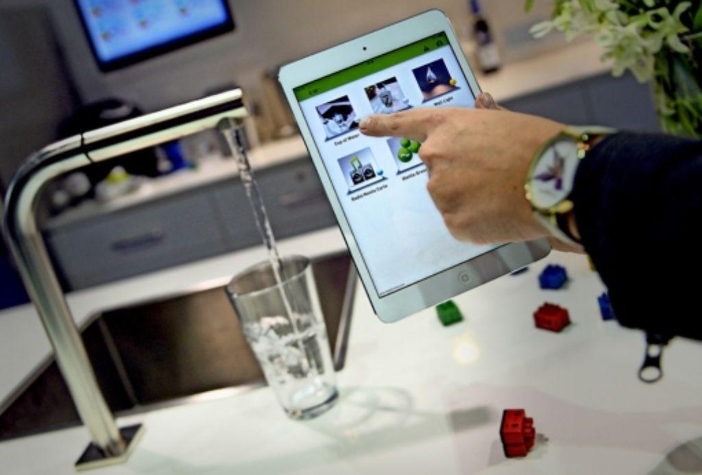 Mit einem Smartphone wird auf  der Messe in Las Vegas  ein Glas Wasser gefüllt. Foto:dpa Foto: