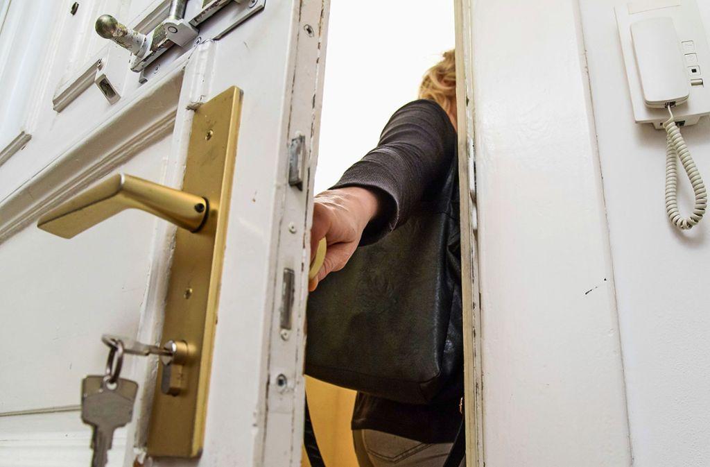 Die Opfer hatten sich ausgesperrt, was der vermeintliche Helfer vom Schlüsseldienst weidlich ausnützte. (Symbolbild) Foto: dpa/Christin Klose