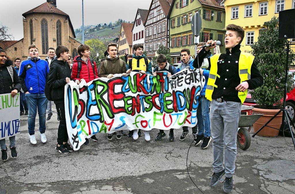 Kolja Schultheiß (rechts) führt den  erstes Esslinger Klimastreik am 5. April an. Foto: Ines Rudel
