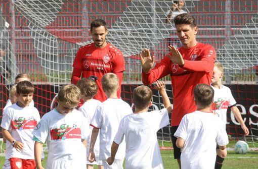 Kleine VfB-Fans trainieren mit den Profis