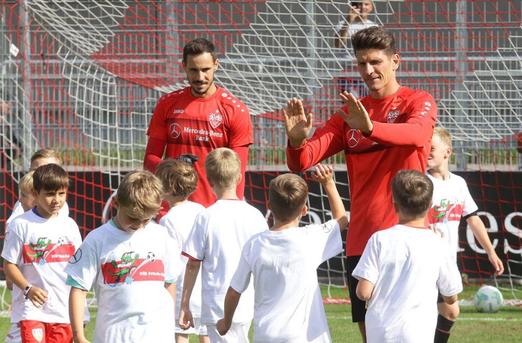 Nach dem Spiel wird abgeklatscht: Mario Gomez (rechts) und Jens Grahl mit den Fritzle-Club-Mitgliedern. Foto: Pressefoto Baumann