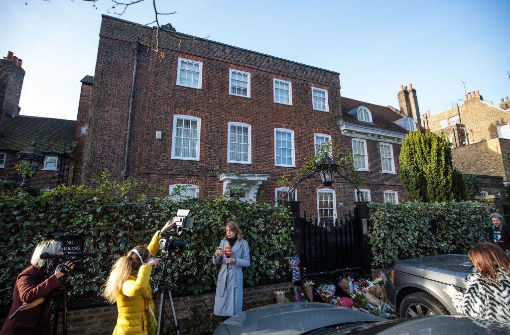 Vor dem Haus von George Michael im Londoner Stadtteil Highgate stehen Reporter. Fans haben auch hier Blumen und letzte Worte für den verstorbenen Sänger niedergelegt. Foto: Getty Images
