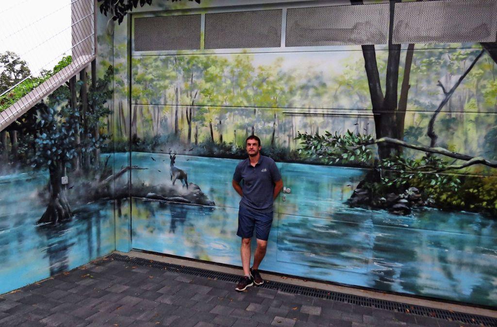 Kunst statt nacktem Beton: Jan Haas vor dem Wasserreservoir an der Haußmannstraße Foto: Caroline Friedmann