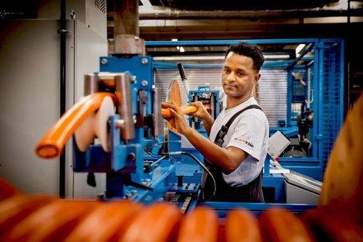 Bei ihm hat es geklappt: Tedros Gebru aus Eritrea bekam nach einem Praktikum einen Ausbildungsvertrag bei der Firma Lapp Kabel in Stuttgart-Vaihingen. Foto: Lichtgut/Achim Zweygarth
