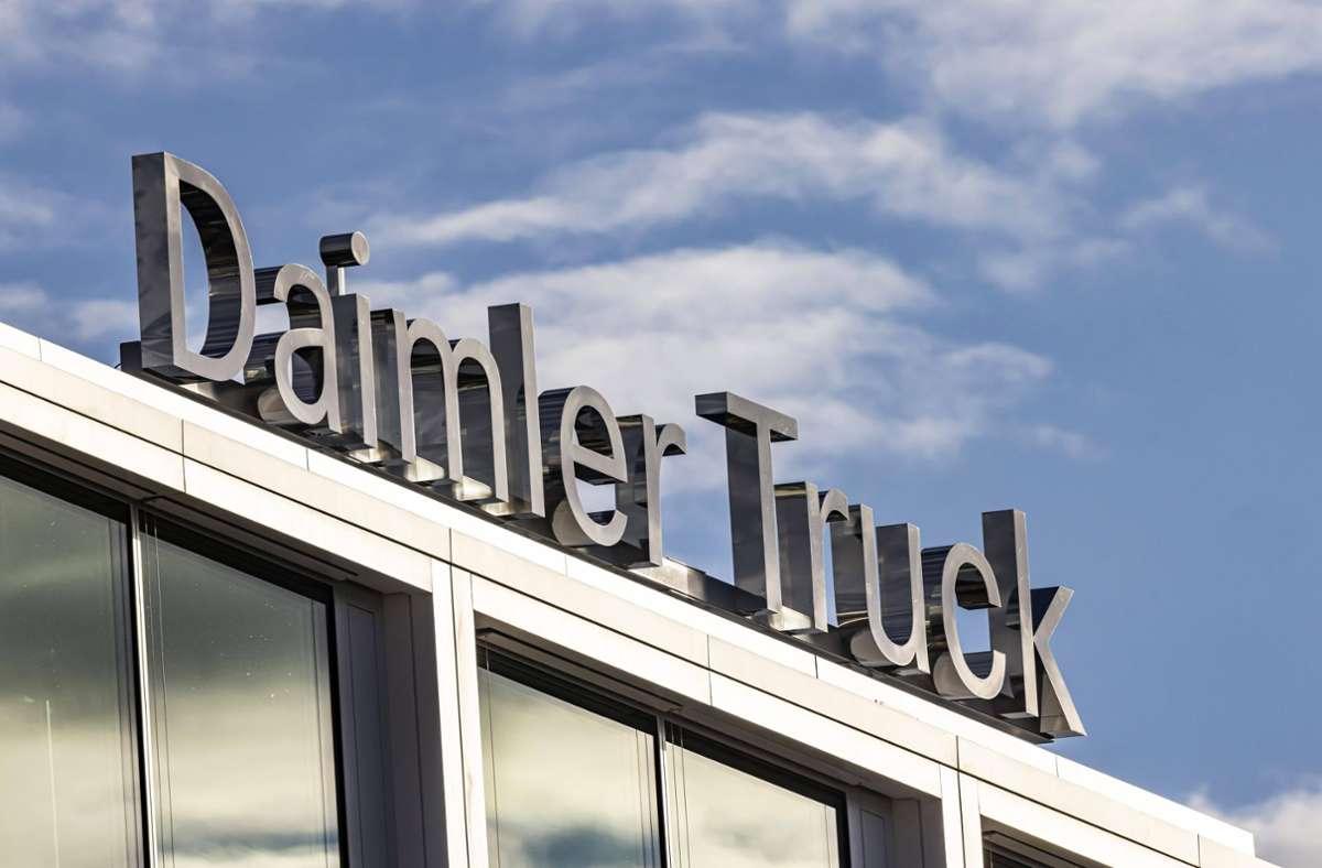 Daimler Truck will bis 2030 mehr elektrische als nicht elektrische Lkw verkaufen. Foto: imago images/Arnulf Hettrich