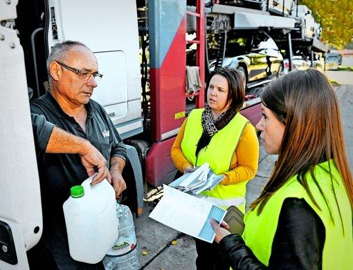 Katarina Frankovic (Mitte) und ihre Kollegin Dorota Kempter informieren einen polnischen Lkw-Fahrer über seine Rechte. Foto: HSt