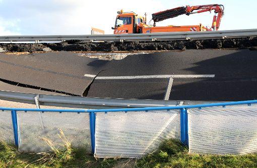 Fahrbahn der Autobahn A20 weggebrochen