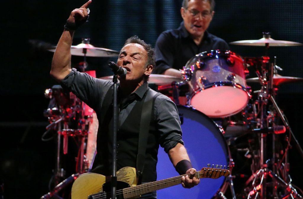 Bruce Springsteen in typischer Pose: Hier bei seiner E-Street Band spielt die Musik. Foto: Getty