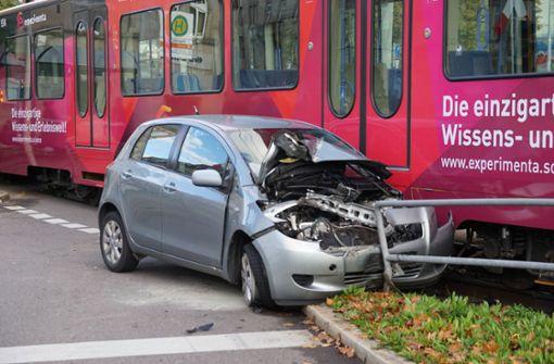 Pkw kollidiert mit Stadtbahn – Linie U2 unterbrochen
