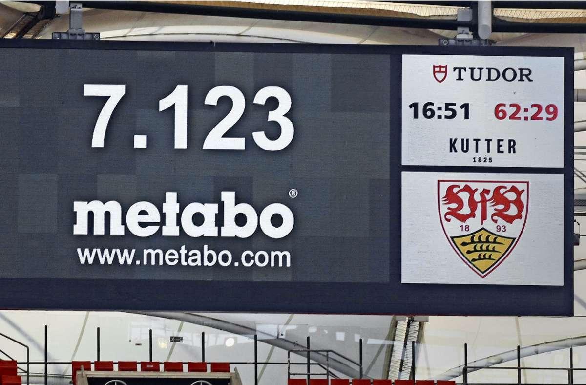 Auf der Anzeigetafel der Mercedes-Benz-Arena wird die offizielle Zuschauerzahl präsentiert. Es sind nicht ganz so viele, wie zum Auftakt des VfB Stuttgart erwarten wurden. Foto: Baumann