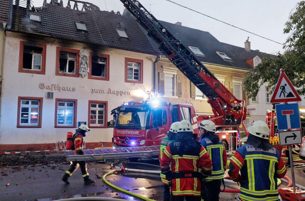 Die Feuerwehr war schon am Dienstag bei dem Großbrand in Rastatt im Einsatz. Foto: dpa
