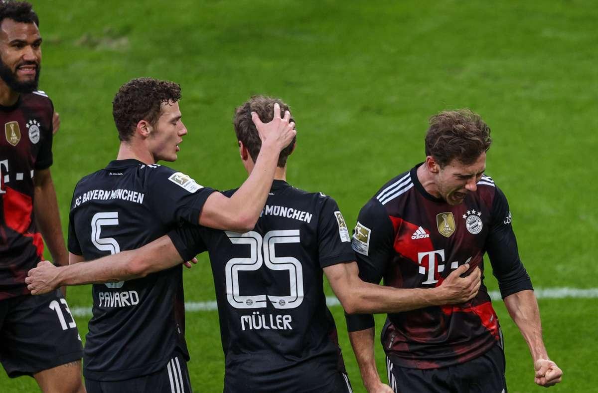 Münchens Mittelfeldspieler Leon Goretzka (rechts) jubelt mit Thomas Müller und Benjamin Pavard über seinen Treffer. Foto: dpa/Alexander Hassenstein