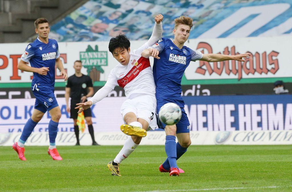 Auch Wataru Endo (Mitte) kann die Derby-Niederlage des VfB Stuttgart nicht verhindern – im nächsten Spiel gegen den SV Sandhausen ist der Japaner gesperrt. Foto: Baumann