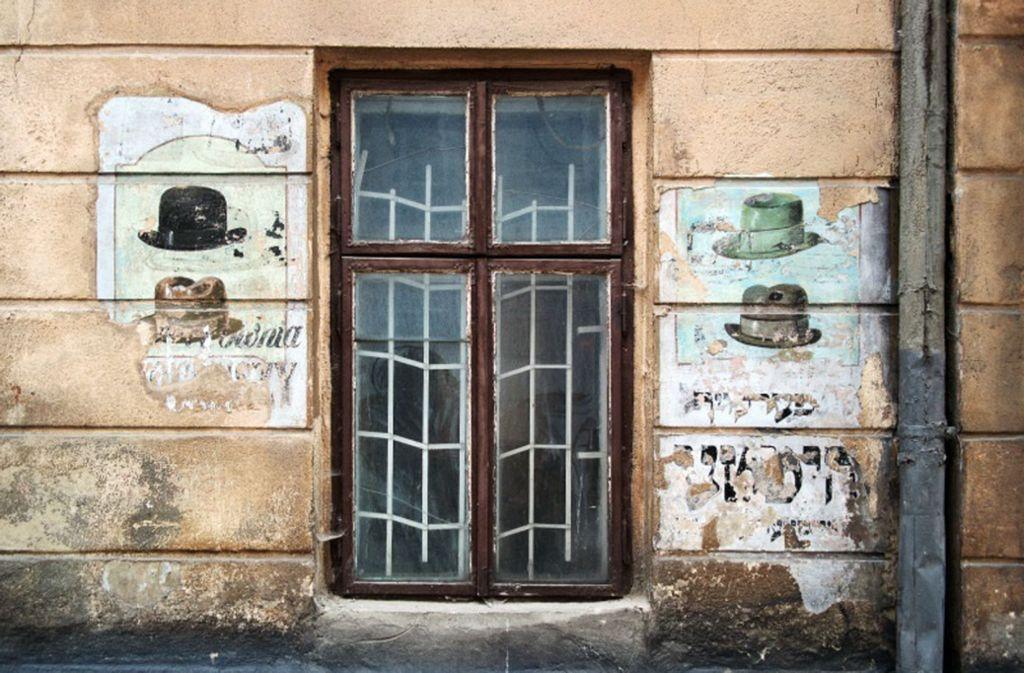 Lwiw (Lemberg), Galizien, Ukraine 2015: Ladenschild eines jüdischen Hutmachers Foto: Christian Herrmann