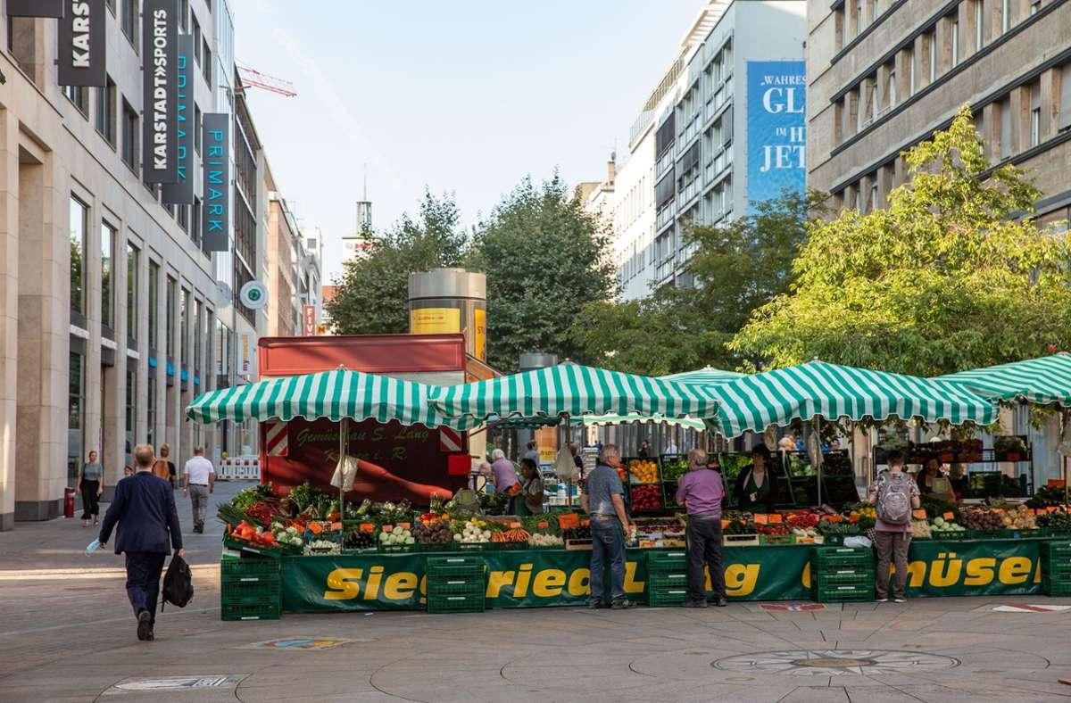500 Meter Platz hat der Wochenmarkt an seinem neuen Ort. Die Marktbeschicker sind mit der Situation eher unzufrieden, die Kunden noch unentschlossen. Foto: Lichtgut/Leif Piechowski
