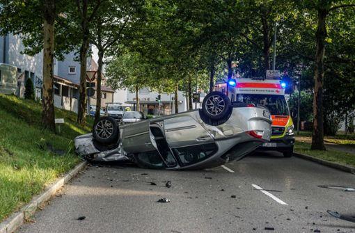Auto landet auf Dach – Zwei Verletzte