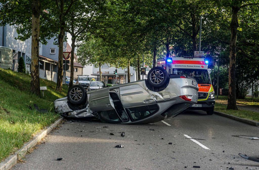 Der Renault landet durch die Wucht des Zusammenpralls auf dem Dach. Foto: SDMG