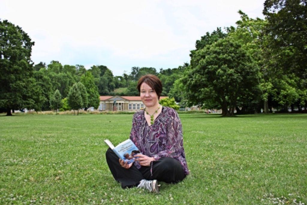 Die Autorin Melanie Schölzke schätzt die entspannte und entspannende Atmosphäre im Kurpark von Bad Cannstatt. Foto: Annina Baur