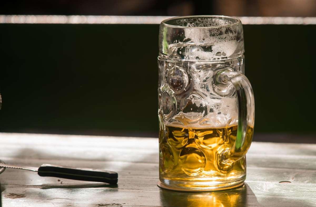 Der Maßkrug ist nur noch halb voll: Braueren beklagen einen stark rückläufigen Bierabsatz. Foto: picture alliance / Peter Kneffel/dpa