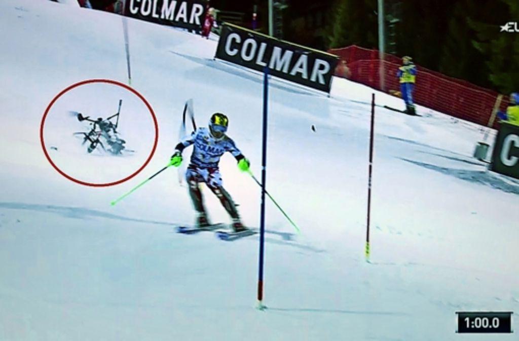 Dieses Foto des Sportsenders Eurosport zeigt den Absturz einer Drohne hinter dem Skifahrer Marcel Hirscher beim Nachtslalom in Madonna di Campiglio. Foto: Eurosport