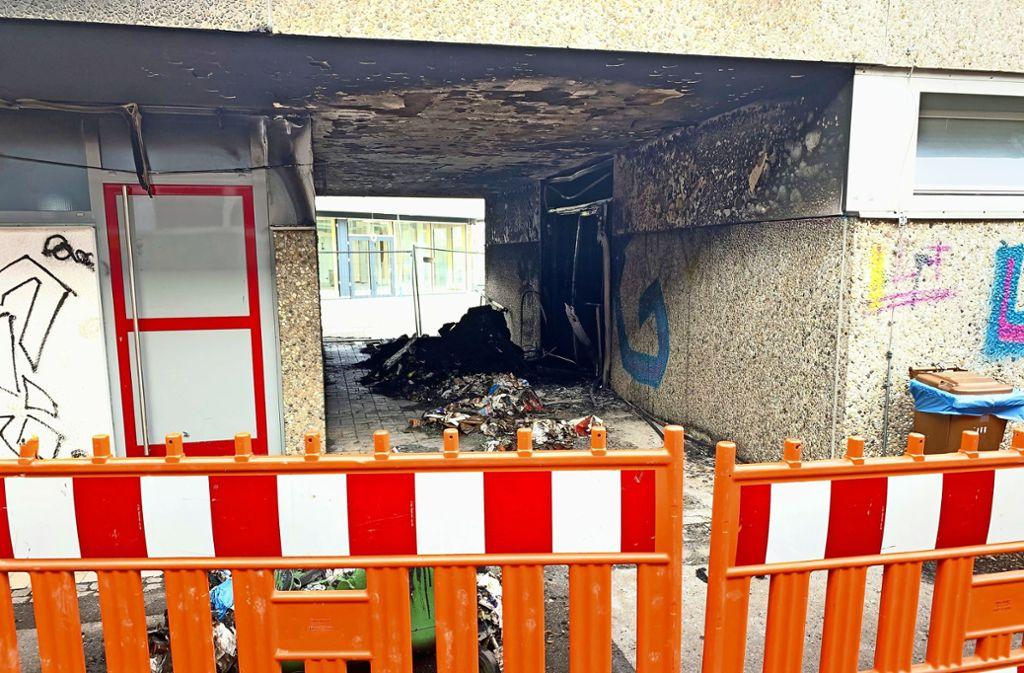 Der Brandherd in der Unterführung   ist noch abgesperrt. Foto: Götz Schultheiss
