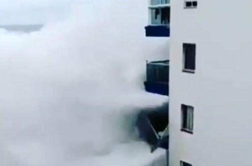 Riesenwellen reißen Balkone ab