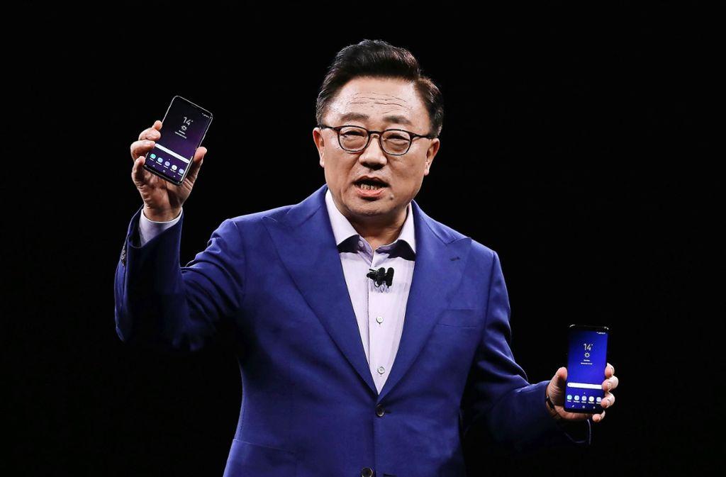 Auf der größten Mobilfunkmesse der Welt in Barcelona präsentiert Dong Jin Koh, Chef der Samsung-Mobilfunk-Sparte, am Sonntagabend  die neue Smartphone-Flaggschiffe S9 und S9+. Foto: AP