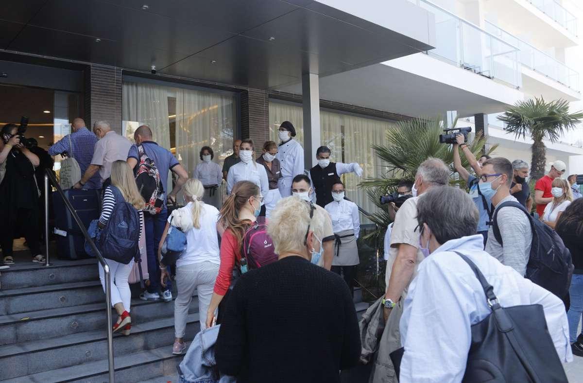 Urlauber kommen im Hotel Riu Concordia in Palma de Mallorca an. Foto: dpa/Clara Margais
