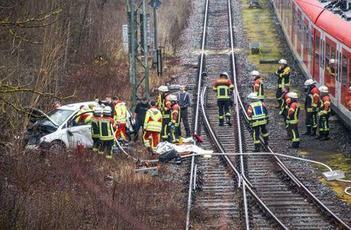 Auto stürzt auf S-Bahn-Gleise