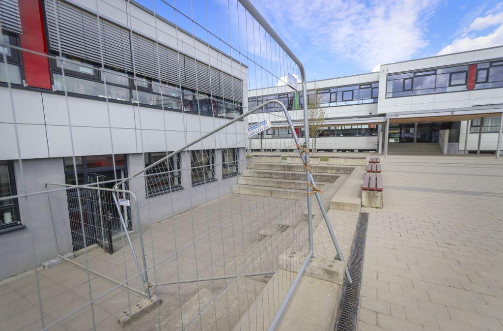 An der Hemminger Grundschule steht bereits der Bauzaun. Foto: factum/Granville